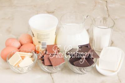 Шаг 1. Для приготовления этой вкусной и оригинальной пасхи возьмем молоко, сметану, куриные яйца, сахарную пудру, сливочное масло и 3 вида шоколада: белый, молочный и горький