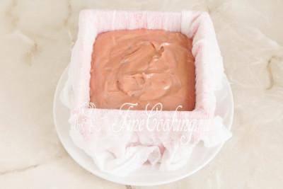 Шаг 24. Поверх белого слоя выкладываем массу с молочным шоколадом, разравниваем