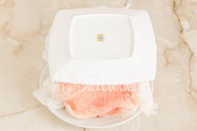 Шаг 29. Кладем поверх плоскую тарелку, на которой будем подавать праздничный десерт
