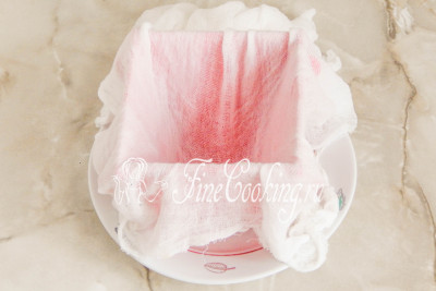 Шаг 5. Ставим пасочницу на плоскую тарелку, выстилаем ее влажной марлей в 2 слоя, стараясь не делать складок