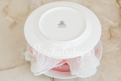 Шаг 10. Кладем поверх плоскую тарелку, на которой будем подавать праздничный десерт