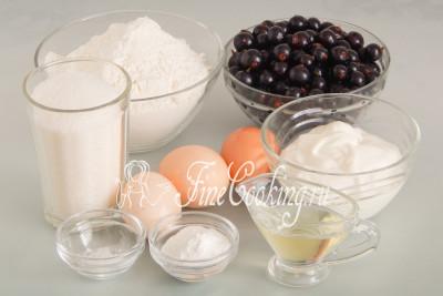 Для приготовления домашнего ягодного пирога нам понадобятся следующие ингредиенты: черная смородина, пшеничная мука, сахар, куриные яйца, сметана, разрыхлитель теста и соль