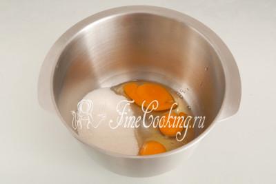 В объемную посуду разбиваем куриные яйца (3 штуки), добавляем 200 граммов сахарного песка