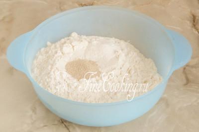 Шаг 3. Добавляем к ней быстродействующие (с другими не пробовала) дрожжи, разрыхлитель и сахарный песок