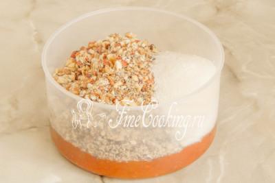 Шаг 8. Теперь соединяем измельченные орехи, сахарный песок и абрикосовый джем (можно заменить вареньем из абрикосов, но тогда предварительно пробейте его до однородности)