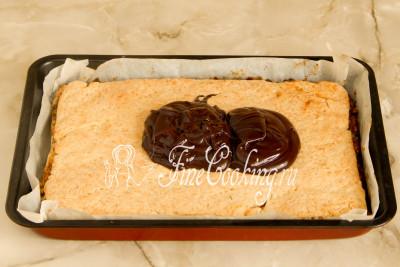Шаг 19. Выливаем (или выкладываем - масса уже загустела) глазурь на еще довольно теплый пирог