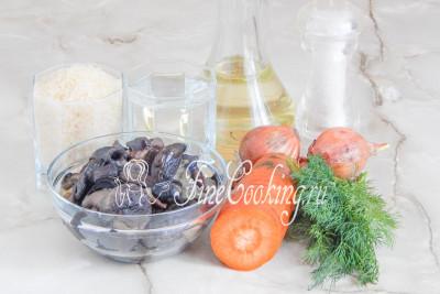 Шаг 1. Готовить это изумительное и очень [вкусное блюдо с грибами](/recipe/perlovka-s-gribami-v-multivarke) мы будем из риса, воды, отварных лесных грибов, моркови, репчатого лука, свежего укропа, рафинированного растительного масла и соли