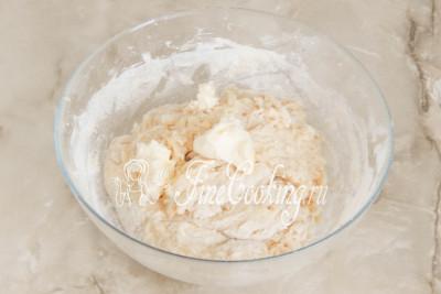 Шаг 14. Рукой перемешиваем тесто, чтобы мука увлажнилась и впитала в себя жидкие составляющие