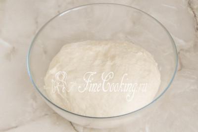 Шаг 15. Вымешивать дрожжевое тесто для рождественских штолленов нужно довольно долго - не менее 15 минут, а еще лучше дольше