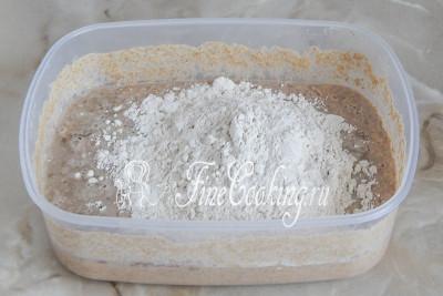 Шаг 9. Снова кормим нашу закваску 100 граммами ржаной муки и 100 миллилитрами теплой водички