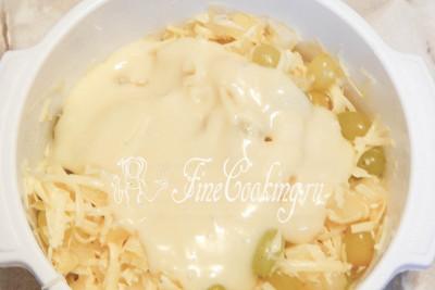 Шаг 8. Выкладываем заправку в салат, перемешиваем и можно подавать сразу или лучше немного охладить