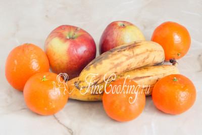 Шаг 1. Для приготовления этого простого, вкусного и полезного напитка нам понадобятся мандарины, бананы и яблоки