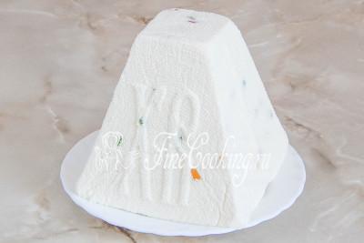 Шаг 9. Готовую творожную пасху переворачиваем прямо в форме на тарелку, аккуратно снимаем пасочницу и марлю