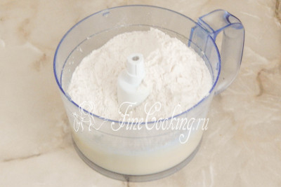 Шаг 4. Смешиваем 330 граммов пшеничной муки высшего сорта с 1 чайной ложкой (без горки) разрыхлителя теста