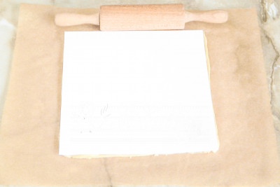 Шаг 7. Дальше нам понадобится 4 отреза пергаментной бумаги и квадратный шаблон из картона (также для этого отлично подойдет обычный лист А4), размером 18х18 сантиметров