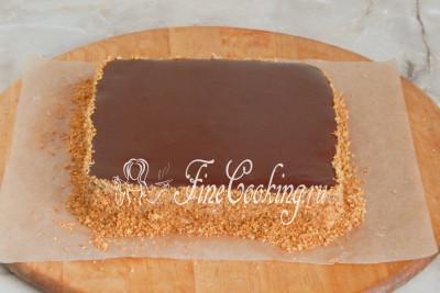 Шаг 30. Покрываем бока торта бисквитной крошкой (предварительно обжарьте ее на сухой сковороде до красивого румяного цвета), просто прижимая его к крему