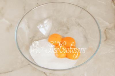Шаг 2. Куриные яйца моем, хорошенько обсушиваем и разделяем на белки и желтки
