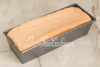 Шаг 10. Выпекаем бисквит в заранее прогретой (это важно!) духовке на среднем уровне 15 минут при 200 градусах, после чего снижаем температуру до 180 градусов и печем еще минут 15-20