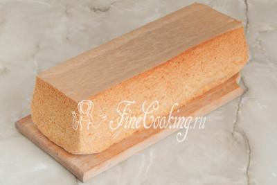 Шаг 11. Вынимаем готовый бисквит из формы, переворачиваем его и остужаем на решетке или деревянной доске