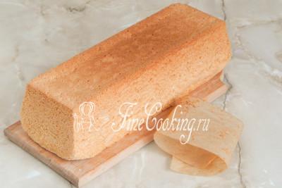 Шаг 12. Убираем бумагу для выпечки - благодаря ей бисквит не прилип ко дну