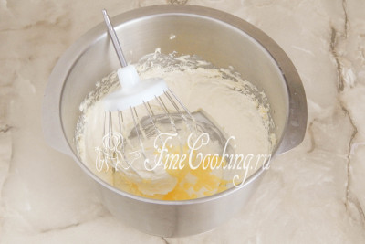 Шаг 26. Теперь буквально по столовой ложке добавляем в масло молочный сироп (наш заварной крем комнатной температуры), продолжая взбивать массу на высокой скорости