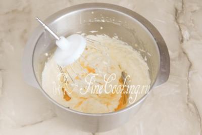 Шаг 27. Когда весь сироп соединится с маслом и получится пышный, гладкий и слегка рыхлый крем, добавляем столовую ложку коньяка и пробиваем все вместе еще около минуты