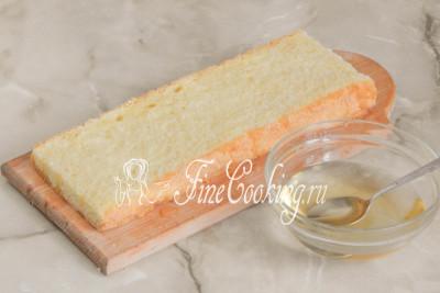 Шаг 33. Каждый корж пропитываем сахарным сиропом с коньяком - постарайтесь распределить его так, чтобы хватило на все три пласта бисквита