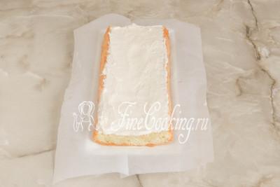 Шаг 35. Покрываем его половиной белого крема, равномерно распределяя по всей поверхности