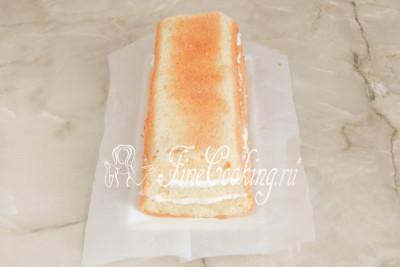Шаг 36. Затем накрываем его вторым пропитанным коржом, который также промазываем второй половиной белого масляного крема