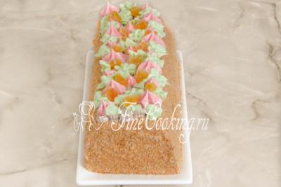 Шаг 43. Остается красиво уложить цукаты (в оригинале используются [цукаты из арбузных корок](/recipe/varene-i-cukaty-iz-arbuznyh-korok), но вы можете взять те, что есть) и домашний торт Сказка готов