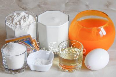 Шаг 1. В рецепт теста на оладьи входят такие продукты: кефир, мука пшеничная, сахарный песок, тыквенное пюре, яйцо куриное, пищевая сода, по щепотке соды и ванилина, а также растительное масло без запаха