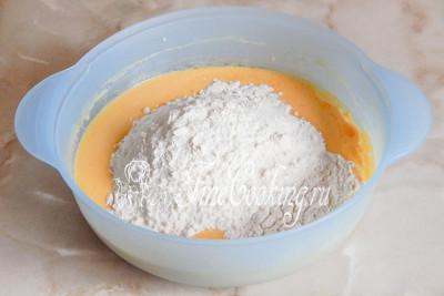 Шаг 5. Просеиваем в миску пшеничную муку, смешанную с содой