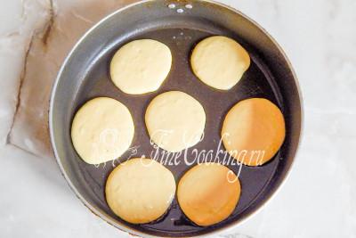 Шаг 7. Разогреваем сковороду, выливаем в нее по одной столовой ложке на один оладушек и жарим на среднем огне оладьи
