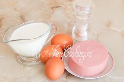 Шаг 1. Для приготовления этого простого и вкусного омлета в пакете возьмем куриные яйца, молоко, вареную колбасу и немного соли