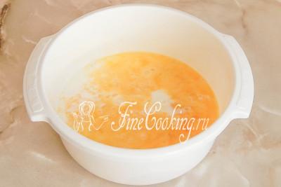Шаг 4. Добавляем щепотку соли (вареная колбаса и так достаточно соленая) и наливаем молоко