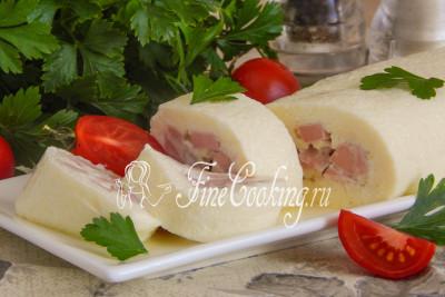 Шаг 9. Разрезаем наш аппетитный омлет с колбасой и подаем горячим