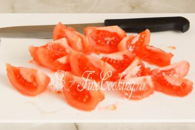 Шаг 8. Нарезаем помидоры не очень мелкими ломтиками, вырезая места крепления плодоножки