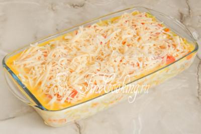 Шаг 16. Остается присыпать будущую капустную запеканку сыром, который нужно измельчить на крупной терке