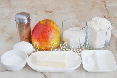 В этот легкий рецепт [домашней выпечки](/recipe/detskoe-pechene-na-syvorotke) входят такие продукты, как: свежее яблоко (масса очищенной мякоти), пшеничная мука, сливочное масло, куриное яйцо, соль, сахарный песок, пищевая сода, а также молотая корица с сахарной пудрой для посыпки