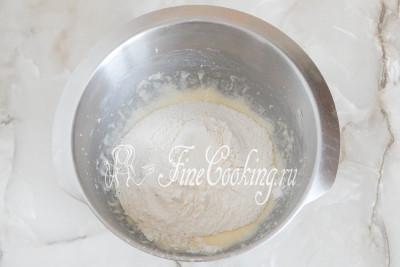 Затем в полученную смесь вводим просеянную муку, смешанную с солью и содой