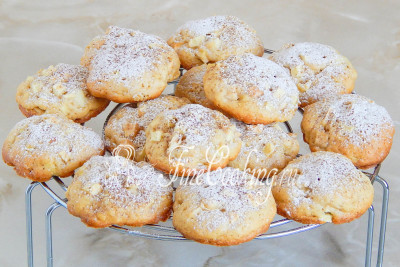 даем яблочному печенью полностью остыть и присыпаем смесью молотой корицы и сахарной пудры