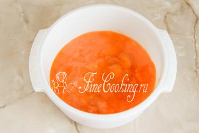 Перекладываем абрикосовое варенье в глубокую миску, чтобы быстрее остывало (этот шаг можно пропустить, если хотите)