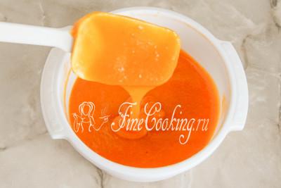 В результате холодная заготовка для абрикосового зефира получается прилично густой - она медленно стекает с ложки или лопатки