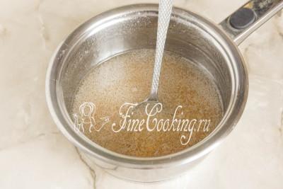 Сахарный сироп готов: снимаем кастрюлю с плиты и даем ему немного остыть