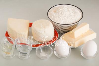 Для приготовления ачмы в домашних условиях нам понадобятся следующие ингредиенты: мука пшеничная высшего сорта, куриные яйца (50-55 граммов каждое), сыр адыгейский и сулугуни, сливочное масло, рафинированное растительное (у меня подсолнечное) масло, вода и соль