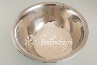 В миску просеиваем 200 граммов пшеничной муки высшего сорта, добавляем щепотку мелкой соли, перемешиваем
