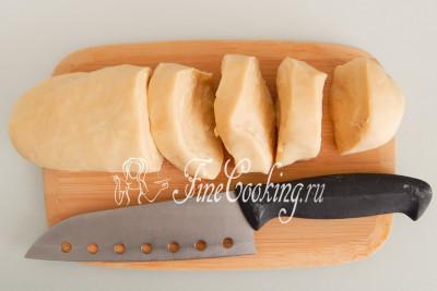 Когда тесто отлежится, оно станет очень податливым и эластичным, при этом достаточно упругим