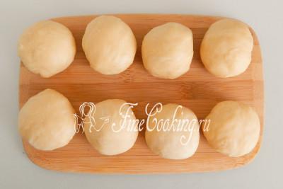 Подкатываем каждый кусочек теста в шар и прикрываем заготовки отрезом пищевой пленки или кухонным полотенцем, чтобы не заветрились и не покрылись корочкой