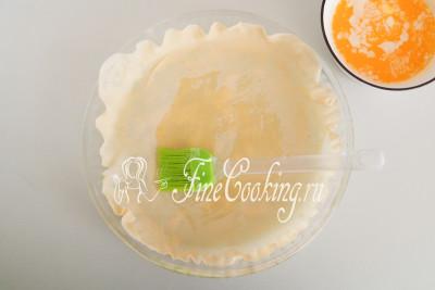 Смазываем тесто сливочным маслом