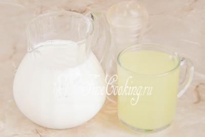 В рецепт домашнего адыгейского сыра входят следующие ингредиенты: сыворотка, молоко и соль (по желанию)